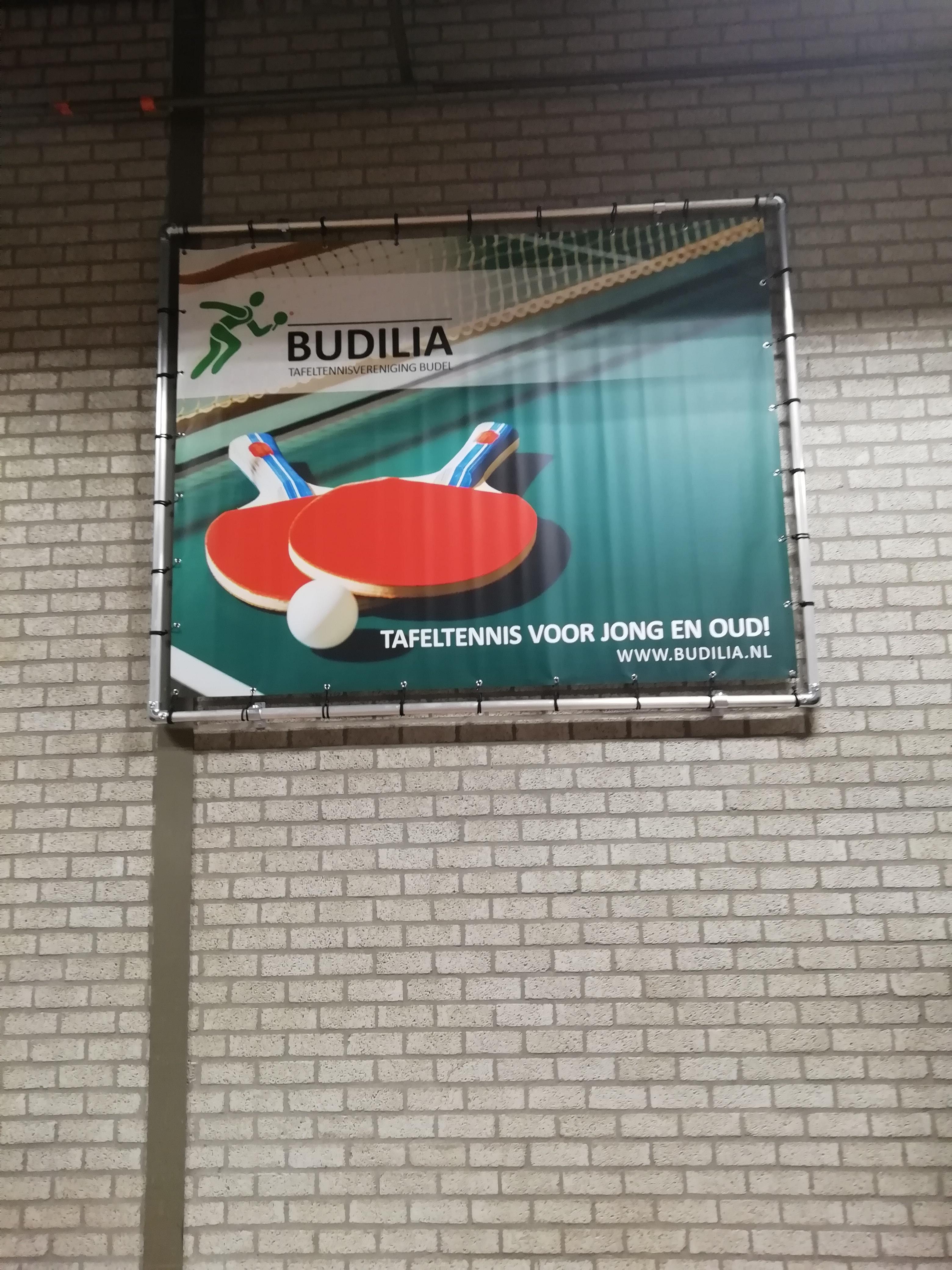 Nieuw spandoek in speelzaal Budilia